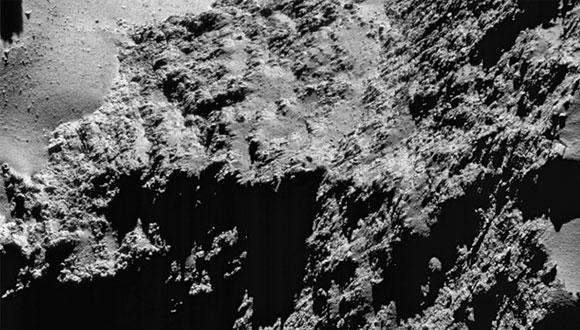 """נפרדים מהחללית רוזטה - תמונת תקריב של השביט צ'וריומוב-גרסימנקו ממרחק של 8.8 ק""""מ"""