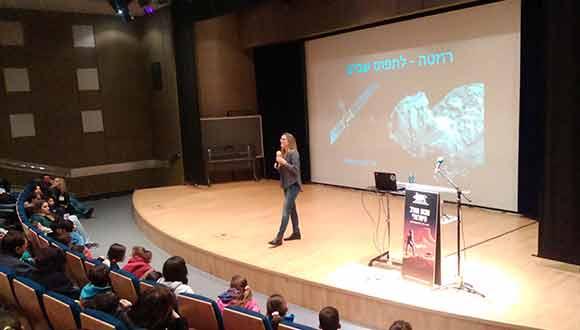 עדי ניניו-גרינברג, דוקטורנטית חוקרת שביטים, מרצה לתלמידים במסגרת שבוע החלל
