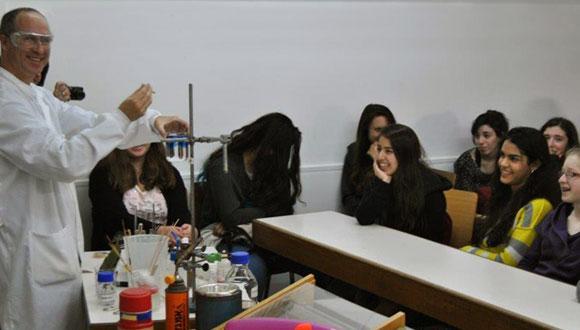 """""""נפלאות הכימיה"""" לתלמידי תיכון - תכנית העשרה בכימיה בקרב בני נוער"""
