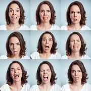 מדוע אנחנו מזעיפים גבות? מקורן האבולוציוני של הבעות פנים