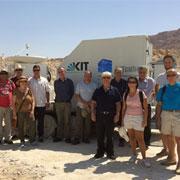 חלק מקבוצת המחקר הגרמנית-ישראלית ליד אחד ממרכיבי מערכת ה- KITCube באתר המדידות-ליד מצדה בים המלח